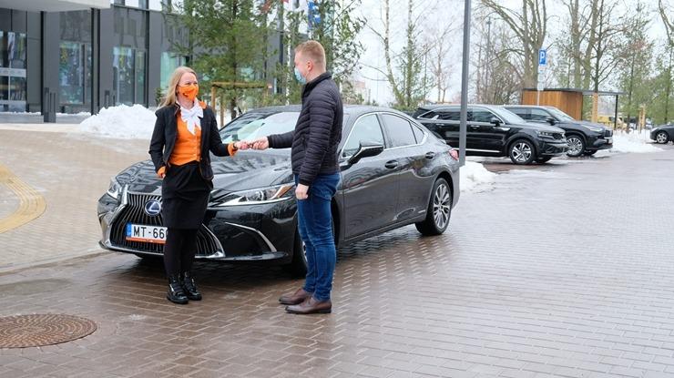 Auto noma «Sixt Latvija» saņem jaunu automašīnu «Lexus ES 300h Limited Edition FWD» 298562