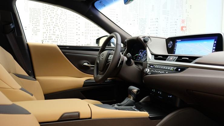 Auto noma «Sixt Latvija» saņem jaunu automašīnu «Lexus ES 300h Limited Edition FWD» 298565