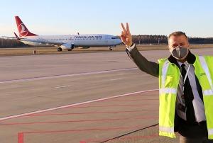 Pēc 375 dienu prombūtnes lidsabiedrības «Turkish Airlines» lidmašīna ir atkal Rīgas lidostā 13