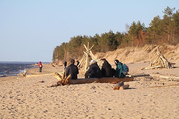 Mākslinieku dvēselēm šobrīd ir jādodas uz Carnikavas pludmali 299283