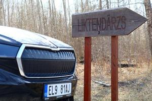 Travelnews.lv ar elektrisko «Škoda Enyaq iV 80» apmeklē Likteņdārzu Kokneses novadā 2