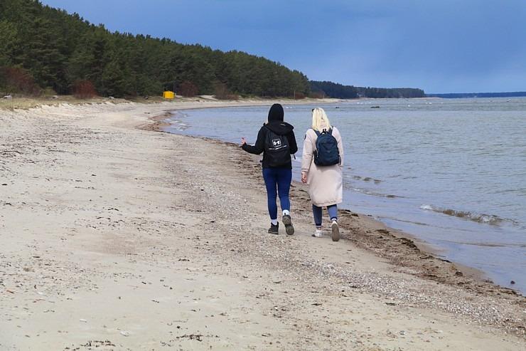 Travelnews.lv dodas 20 km pārgājienā gar Rīgas līča krastu Engures pusē 300900