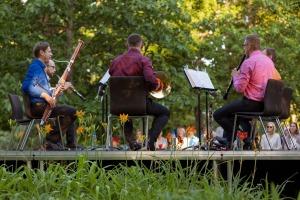 """Dienvidkurzemes festivāla """"Rimbenieks"""" vasarīgos koncertus bauda Vecpilī un Aizputē 24"""