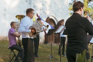 """Dienvidkurzemes festivāla """"Rimbenieks"""" vasarīgos koncertus bauda Vecpilī un Aizputē 6"""