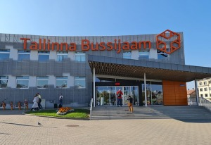 Travelnews.lv no Tallinas lidostas (20-25 min) kājām dodas uz Tallinas autoostu, lai ceļotu uz Sāremā 16