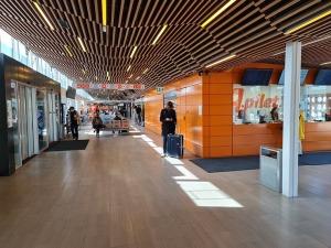 Travelnews.lv no Tallinas lidostas (20-25 min) kājām dodas uz Tallinas autoostu, lai ceļotu uz Sāremā 17