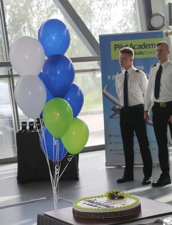 «airBaltic» Pilotu akadēmiju absolvē pieci studenti un viena studente 306999