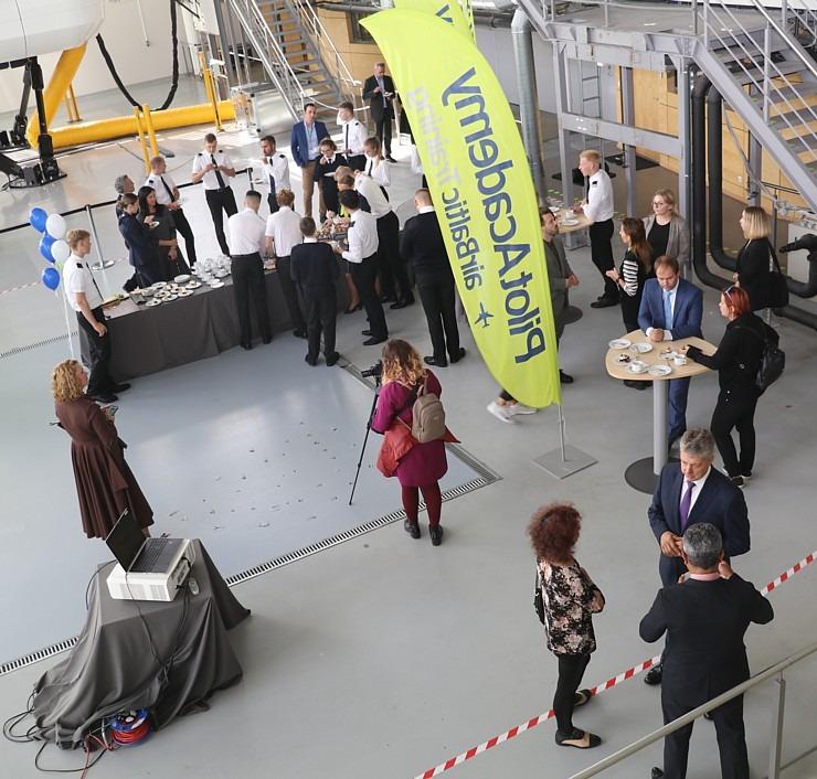 «airBaltic» Pilotu akadēmiju absolvē pieci studenti un viena studente 307001
