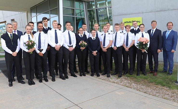 «airBaltic» Pilotu akadēmiju absolvē pieci studenti un viena studente 306991
