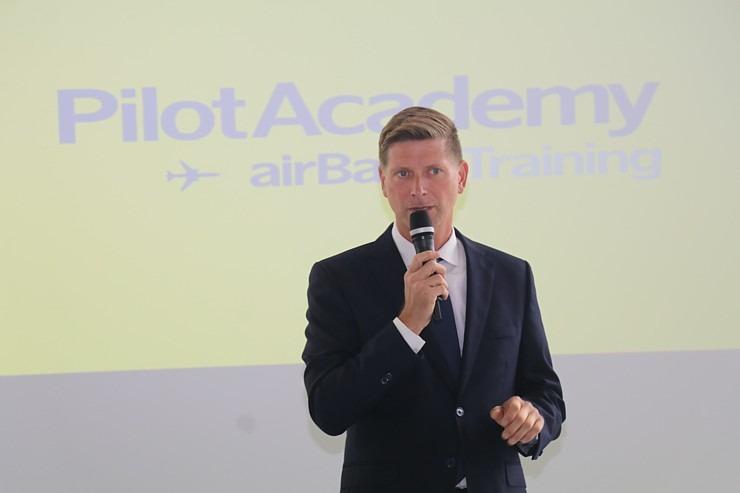 «airBaltic» Pilotu akadēmiju absolvē pieci studenti un viena studente 306992