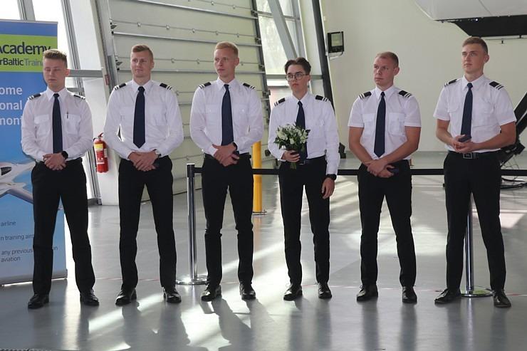 «airBaltic» Pilotu akadēmiju absolvē pieci studenti un viena studente 306994