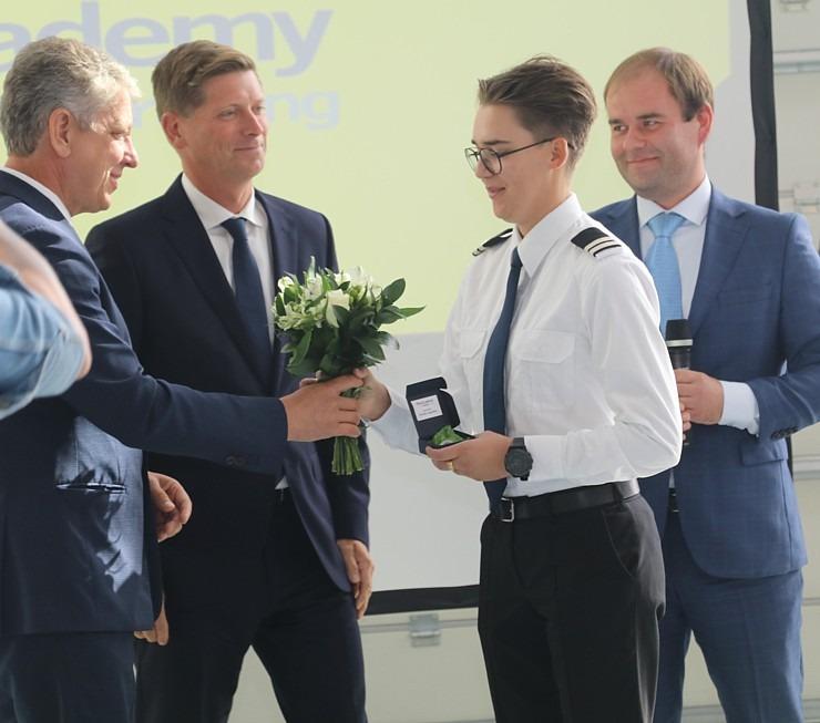 «airBaltic» Pilotu akadēmiju absolvē pieci studenti un viena studente 306995