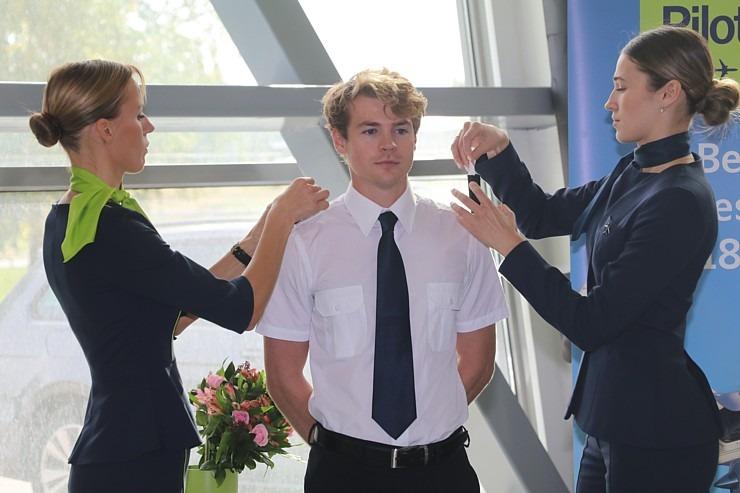 «airBaltic» Pilotu akadēmiju absolvē pieci studenti un viena studente 306996