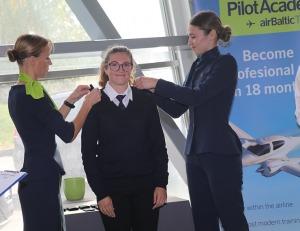 «airBaltic» Pilotu akadēmiju absolvē pieci studenti un viena studente 10