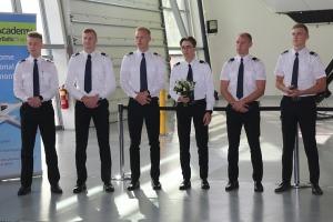 «airBaltic» Pilotu akadēmiju absolvē pieci studenti un viena studente 7
