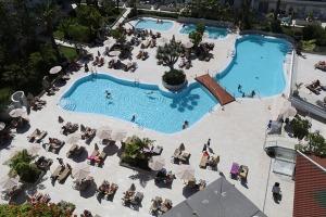 Tenerifes luksus viesnīcas «Hotel Vulcano» viesi izbauda mākslinieku priekšnesumus 2