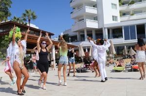 Tenerifes luksus viesnīcas «Hotel Vulcano» viesi izbauda mākslinieku priekšnesumus 13