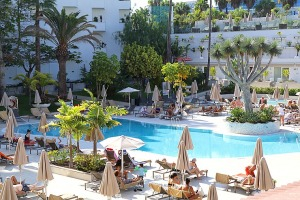 Tenerifes luksus viesnīcas «Hotel Vulcano» viesi izbauda mākslinieku priekšnesumus 1