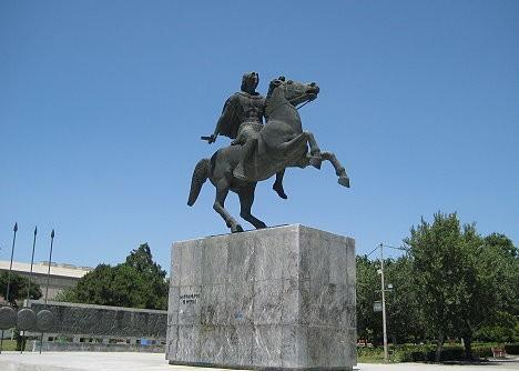 Piemineklis Aleksandram Lielajām. Maķedonijas valdnieks nosauca pilsētu, par godu savai sievai, Aleksandra Lielā māsai, Fessalonikai