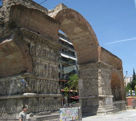 Pilsētas centrā atrodas imperatora Galerija Triumfa arka. Šodien Saloniki ir ziedoša, trokšņaina un zaļumiem bagāta pilsēta ar mūsdienīgiem namiem un