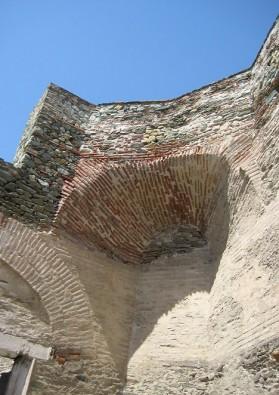 Sienu biezums dažādās vietās sasniedz 3 m platumu
