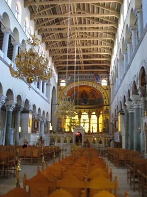 Atšķirībā no pārējām pareizticīgajām baznīcām, Sv. Demetra bazilikā ir iekārtotas sēdvietas. Grieķi uzskata, ka labāk ir sēžot domāt par Dievu, nekā s 23553