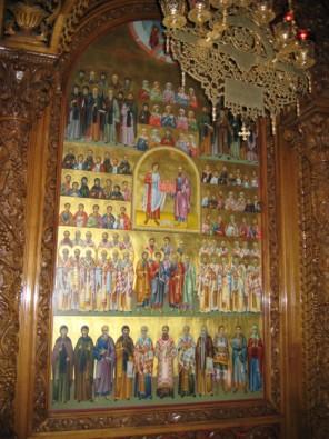Bazilikas sienas rotā ikonas ar svēto attēliem. To starpā ir arī brāļi Kirils un Mefodijs, kuri ir slāvu rakstības pamatlicēji