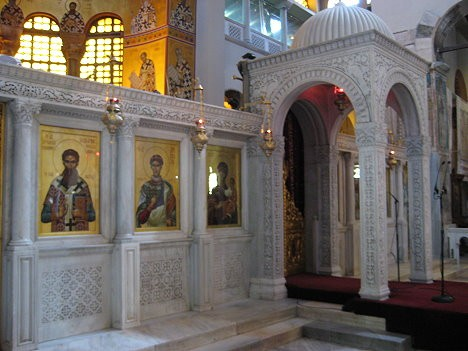 Bazilika atgādina par agrās kristietības laikiem un ir viens no iespaidīgākajiem Grieķijas pareiztīcības pieminekļiem