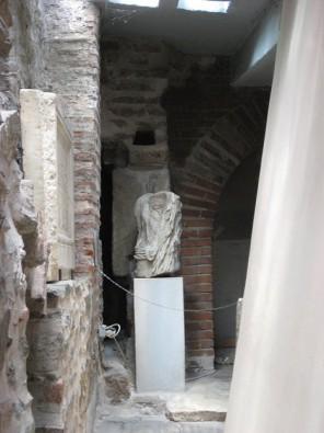 Maķedonijas valdnieku statuja. Statuja ir bez galvas. Viduslaikos Maķedonijas valdnieki mainījās tik ātri, ka ekonomijas nolūkos, tikai izveidota vien