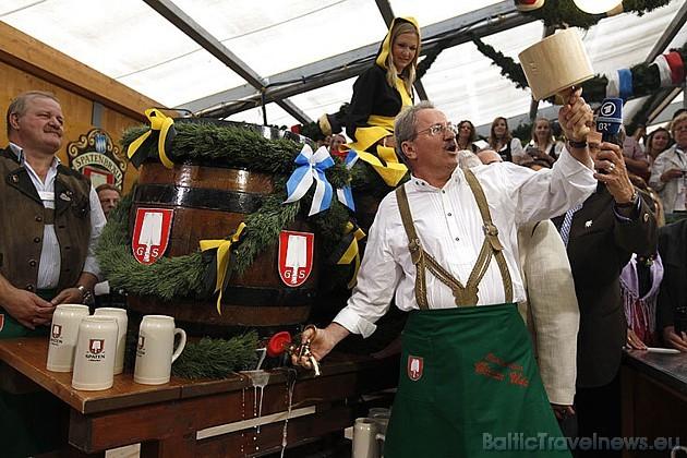 Minhenes mērs atklāj Oktoberfest, ko svin jau no 1810.gada. Foto: Focus.de un Deutschland-tourismus.de