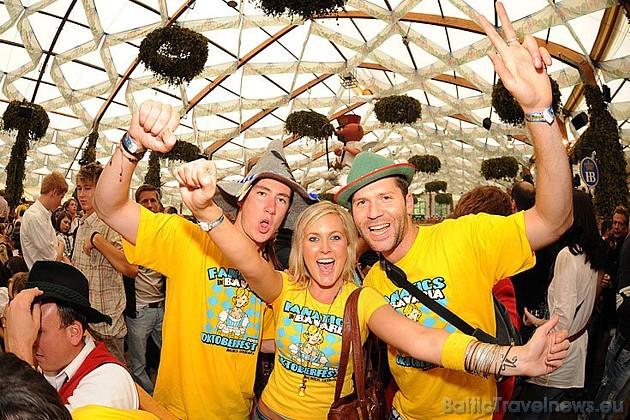 Jautrā gaisotne un dziesmu karuselis iedvēš katrā alus dzērājā līksmību. Foto: Focus.de un Deutschland-tourismus.de