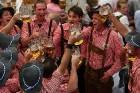 Viena alus kausa cena ir 8,60 eiro, kas ir dārgākais alus Oktoberfest pastāvēšanas laikā. Foto: Focus.de un Deutschland-tourismus.de 12