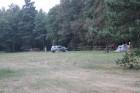 Priedes un egles ierobežo kempinga teritoriju 15