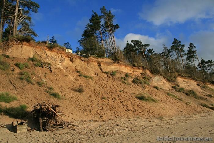Jūrkalnes stāvkrasts spēcīgi kontrastē ar ainavām, ko ierasts redzēt Rīgas, Vidzemes jūrmalas un Ventspils pludmalēs