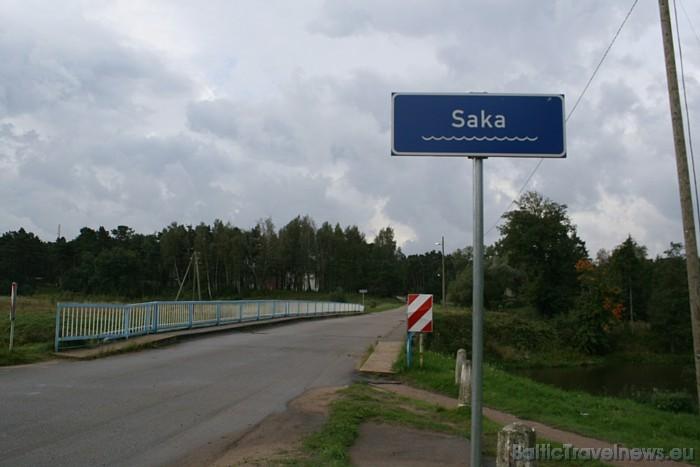 Pilsēta atrodas pie Sakas upes grīvas Baltijas jūrā