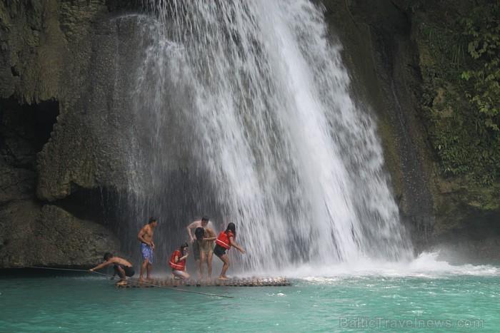Kavasanas ūdenskritums ar plostu zem ūdenskrituma Foto: Irīna Klapere, Relaks Tūre