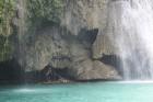 Kavasanas ūdenskritums cebu salā tūristus stumj plostā zem ūdenskrituma vispirms pabraucot zem klints Foto: Irīna Klapere, Relaks Tūre 15