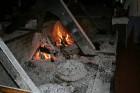Ēdiena katls, kurš noteiktu laiku pavada esot zem karstajām oglēm 31