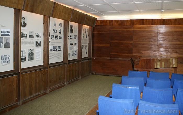 Pirmajā ēkā izveidota vēsturiska ekspozīcija, kas saistīta ar M.K.Čurļoņa dzīvi un ģimeni