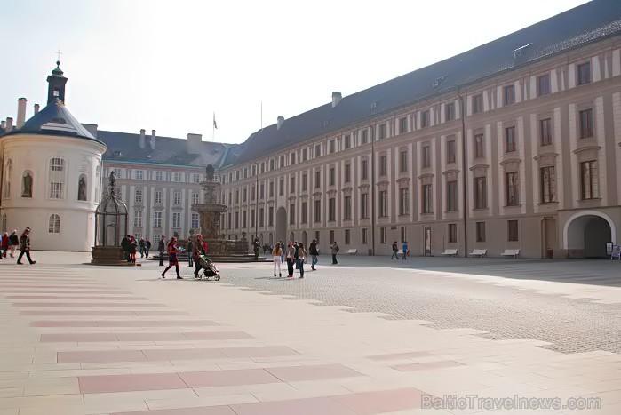 Čehijas galvaspilsētas dārgakmens - Prāgas pils. Pils ir iekļuvusi Ginesu rekordu grāmatā kā lielākais saskaņotais pils komplekss pasaulē -  www.czech 73496