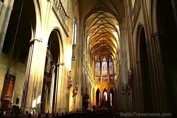 Svētā Vitusa katedrāle ir izcils gotiskā stila šedevrs, kas ir celta 14.gadsimtā. Katedrāles tornis ir augstākā vieta pils kompleksā -  www.czechairli 73499