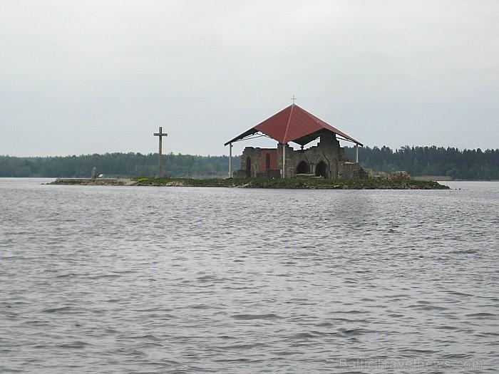 Baznīcu 1184. gadā sāka celt Holšteinas pilsētas Zēgebergas klostera augustīniešu ordeņa kanoniķis Meinards. Svētais Meinards (ap 1130 - 1196)