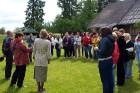 Ekskursijas laikā latvju sētas saimnieki iepazīstina ar māju vēsturi 3