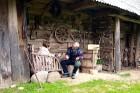 Saimnieks iepazīstina ar seniem darba rīkiem un to pielietojumu, kā arī pats darina dažādus amatniecības izstrādājumus – bungas, pīpes, pakaramos 15