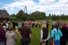 Uz atvadām latvju sētas saimnieki apmeklētājus iepriecināja ar latvisku Jāņu noskaņu dziesmu 17