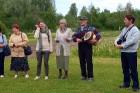 Uz atvadām latvju sētas saimnieki apmeklētājus iepriecināja ar latvisku Jāņu noskaņu dziesmu 18