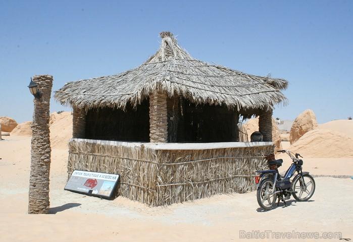 Vēja darinātās smilšu klintis Dbebcha ciemā (Tunisijā)