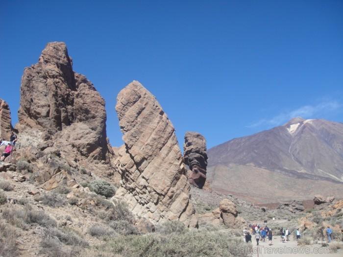 Roques de Garcia- interesantie klints veidojumi. Tālumā- vulkāns, kas devis parkam Teides vārdu, sniedzas 3 718 m augstumā. Visapmeklētākais parks Spā
