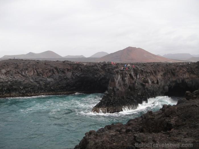 Los Hervideros, kur rodas iespaids, ka jūras ūdens vārās vulkāniskajā aizā   www.remirotravel.lv