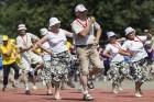 Daugavas stadionā notiek pēdējie XXV Vispārējo latviešu Dziesmu un XV Deju svētku deju lieluzveduma Tēvu laipa  mēģinājumi, kuros piedalās 600 visu pa